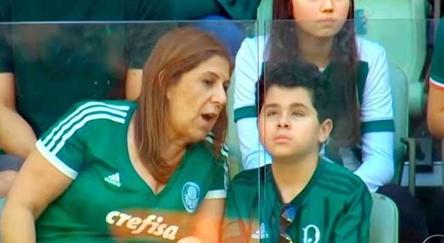 ফুটবল মাঠের অন্ধ ছেলেকে ধারাবিবরণী দিচ্ছেন মা, ভিডিও ভাইরাল