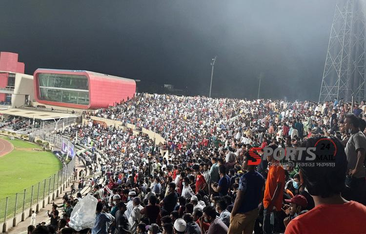 মুজিববর্ষ ফিফা আন্তর্জাতিক প্রীতি ম্যাচে শুক্রবার (১৩ নভেম্বর) নেপালের বিপক্ষে বাংলাদেশের ম্যাচে গ্যালারির কানায় কানায় পূর্ণ ছিল দর্শক, ছবি : স্পোর্টসমেইল২৪