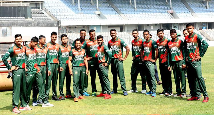নিউজিল্যান্ড সফরে নতুন জার্সি গায়ে বাংলাদেশ ক্রিকেট দলের সদস্যরা। ছবি : বিসিবি