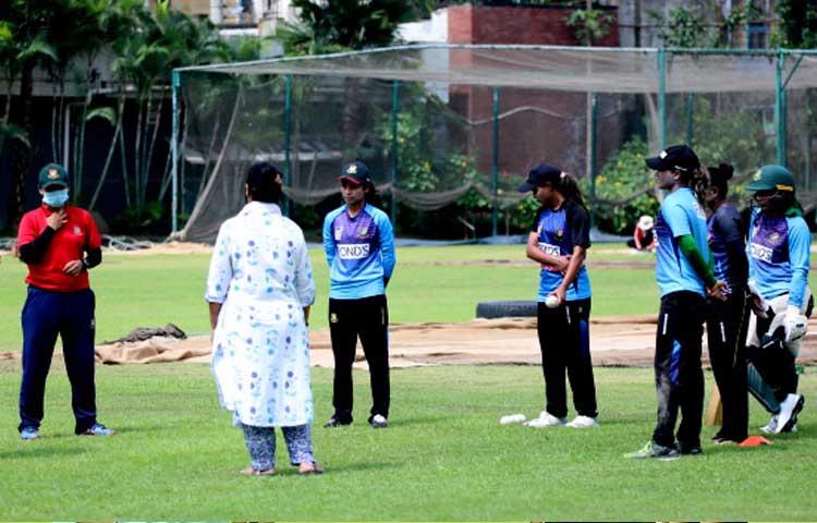 সালমা খাতুন এবং জাহানারা ইসলামের সাথে অন্যান্য নারী ক্রিকেটাররাও মিরপুরে অনুশীলন করেন, ছবি : বিসিবি